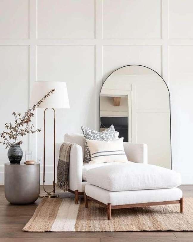48. Poltrona branca para sala decorada com abajur de chão – Foto: Casa Tres Chic