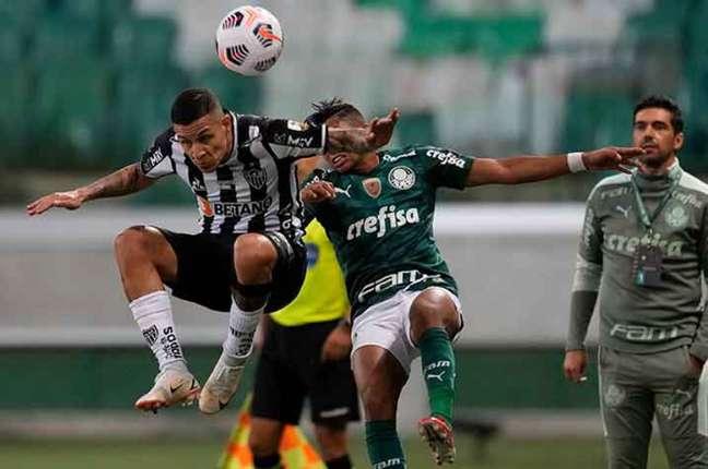 Arana e Rony disputando bola no1º jogo da semifinal(Foto: AFP)