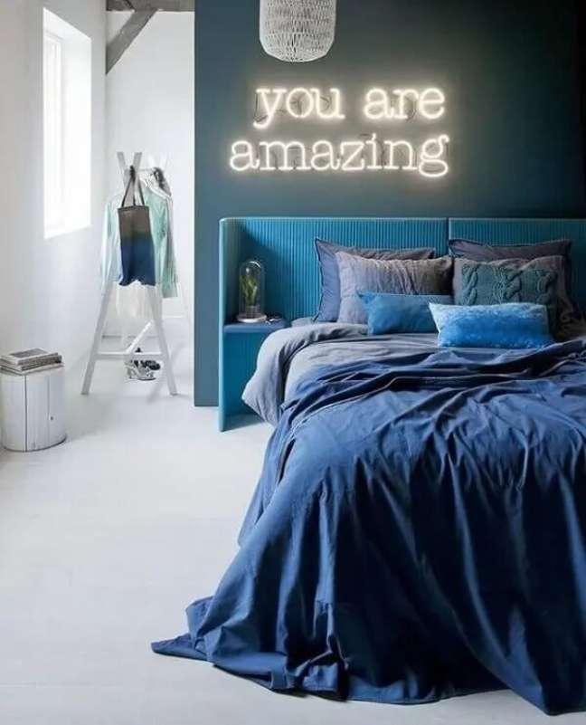 1. Decore o quarto neon de casal com letreiro luminoso. Fonte: Casa Vogue
