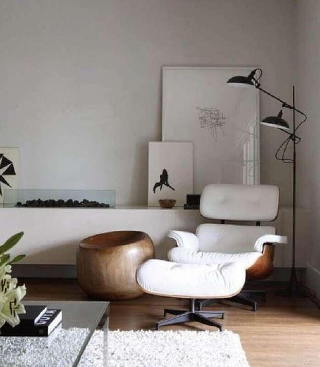 25. Decoração moderna para sala com lareira e poltrona eames branca – Foto: Architectural Digest