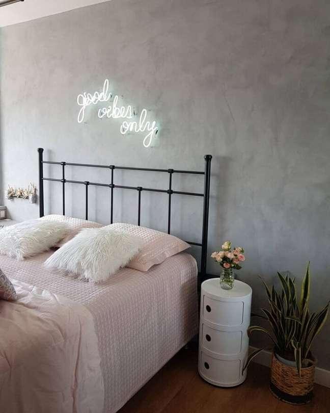 25. Modelo de letreiro neon quarto. Fonte: Chez Nadi