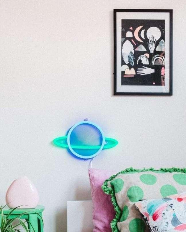 21. Detalhes neon para quarto que transformam a decoração. Fonte: Hails