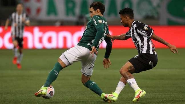 Raphael Veiga disputa a bola no empate em 0 a 0 entre Palmeiras e Atlético-MG (Foto: Cesar Greco/Palmeiras)