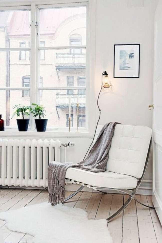 28. Decoração simples para sala com poltrona branca – Foto: Camille Styles
