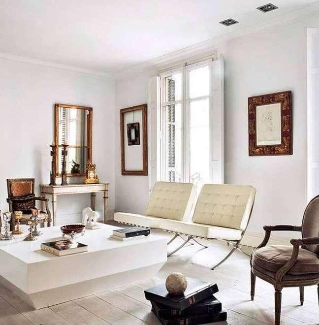 43. Poltrona branca para sala clássica decorada com mesa de centro quadrada – Foto: Apartment Therapy