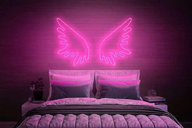 46. Quarto neon: asas de anjos decoram a cabeceira da cama. Fonte: Etsy