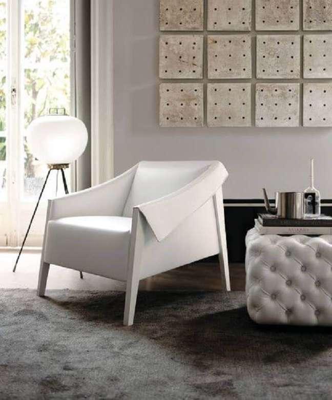 34. Poltrona branca moderna para sala decorada com puff capitonê e tapete cinza – Foto: HomeAdore