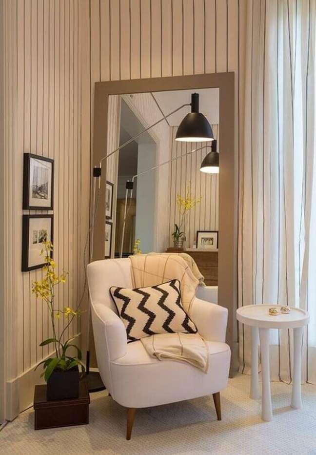 39. Poltrona branca para quarto decorado com espelho de chão – Foto: Casa Vogue