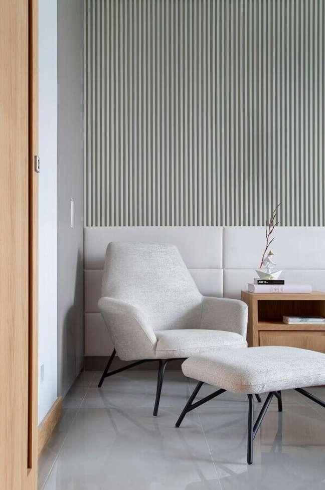 41. Poltrona branca para quarto moderno decorado com cabeceira estofada e painel ripado – Foto: Da Hora Arquitetura