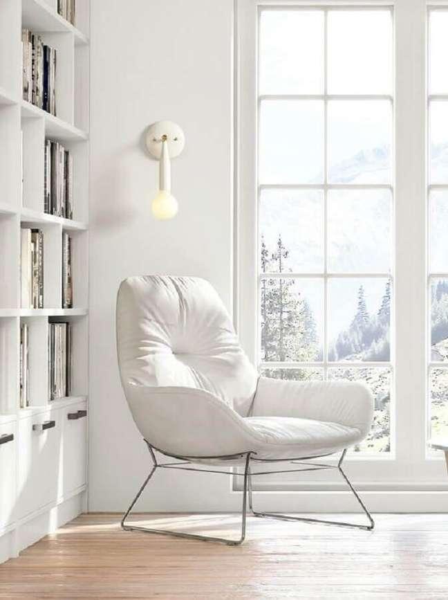 14. Decoração clean com poltrona branca para cantinho de leitura – Foto: Studio DUNN