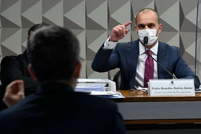 Senadores confrontaram Pedro Batista Jr., diretor da Prevent, com mensagens que apontavam adulteração.