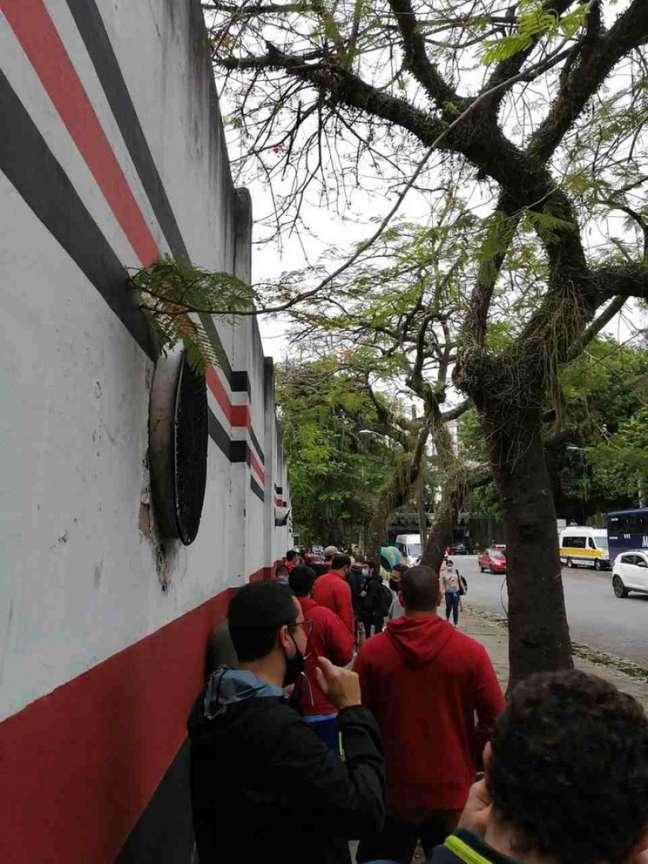 Retirada de ingressos na Sede do Flamengo, na Gávea, na manhã desta quinta-feira (Foto: LANCE!)