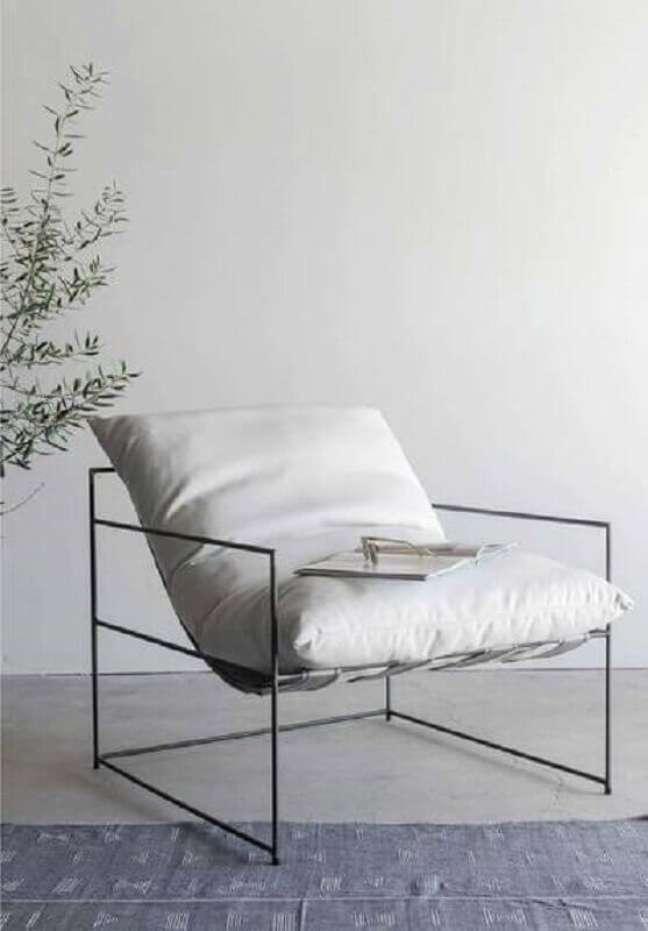7. Decoração minimalista com poltrona branca moderna – Foto: Croft House