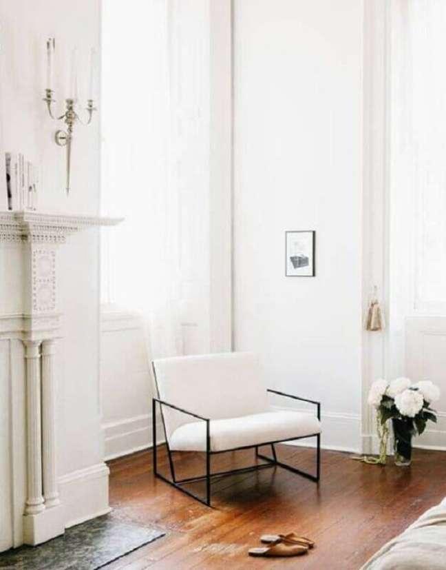 19. Decoração de sala clássica com poltrona branca moderna – Foto: Style Me Pretty