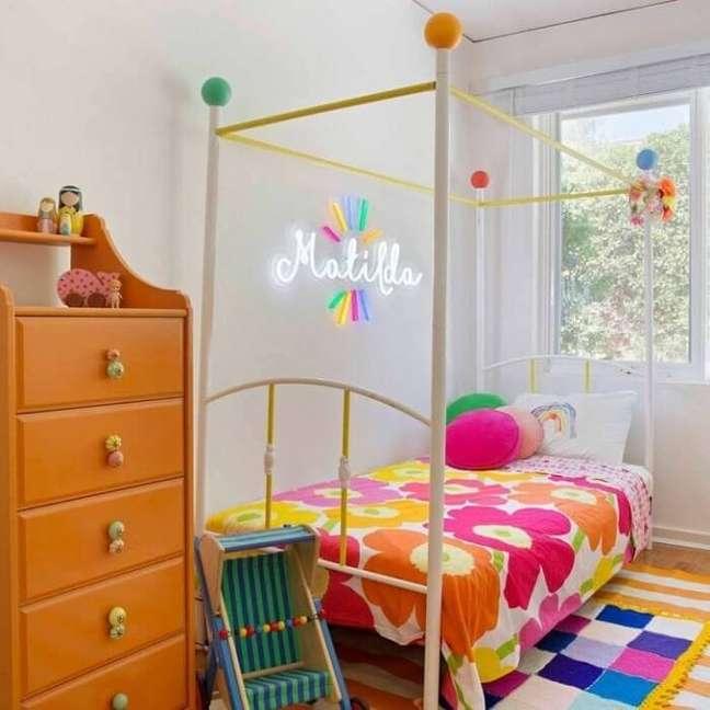 3. Quarto neon infantil com detalhes coloridos. Fonte: Electric Confetti