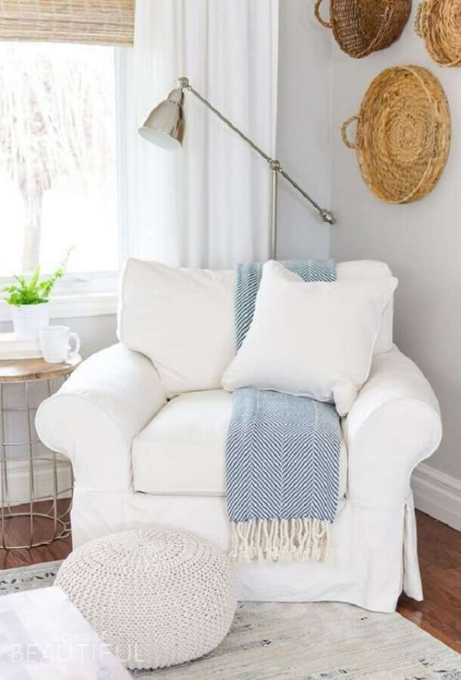 56. Quarto decorado com poltrona branca e puff redondo de crochê – Foto: Greta Sliumba