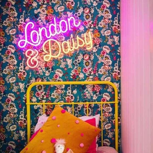 19. Decoração divertida com estampas e letreiro neon quarto. Fonte: The Happy Family Lawyer