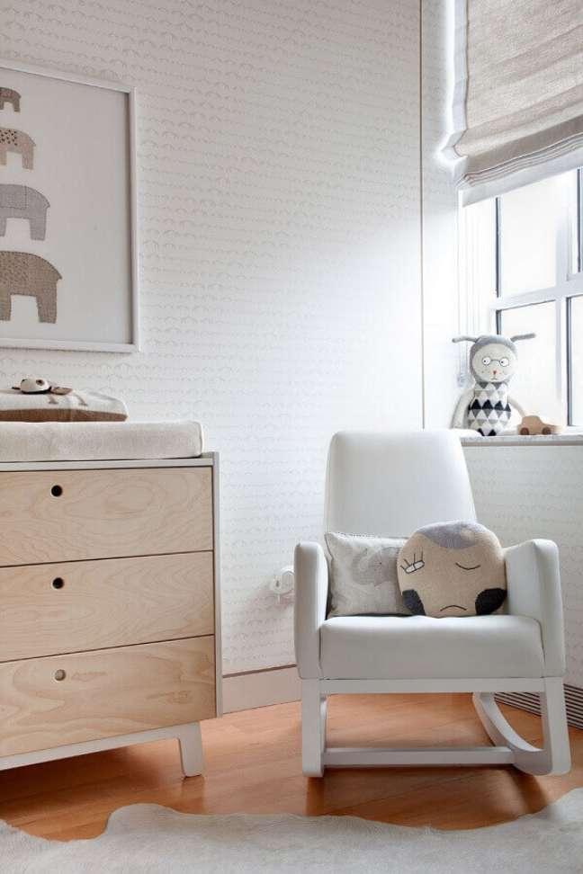 5. Poltrona de amamentação branca para decoração de quarto de bebê com papel de parede delicado – Foto: Gabriels Elephant Nursery