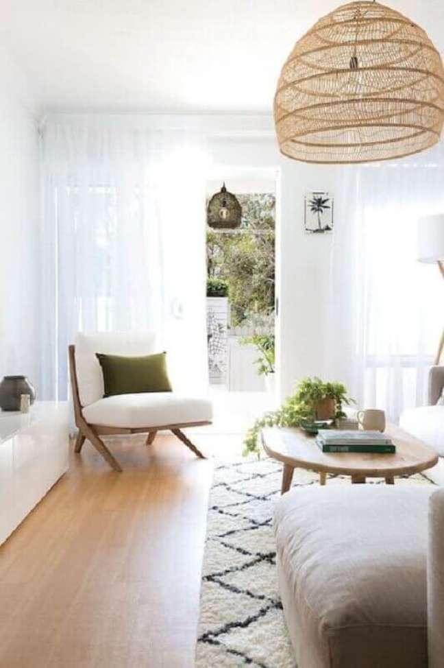 52. Poltrona branca para sala decorada em cores claras com lustre rustico – Foto: Apartment Therapy