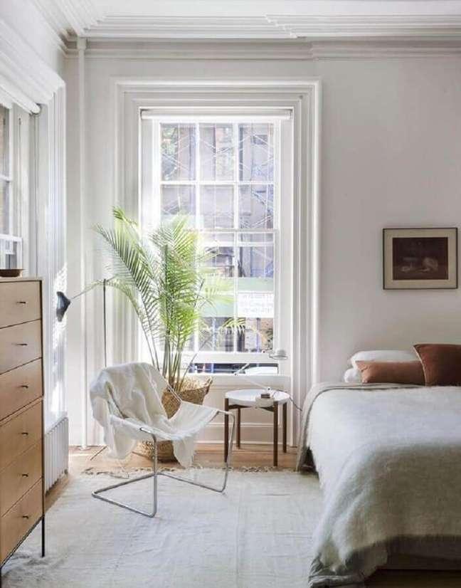 40. Poltrona branca para quarto decorado com vaso de chão – Foto: Remodelista