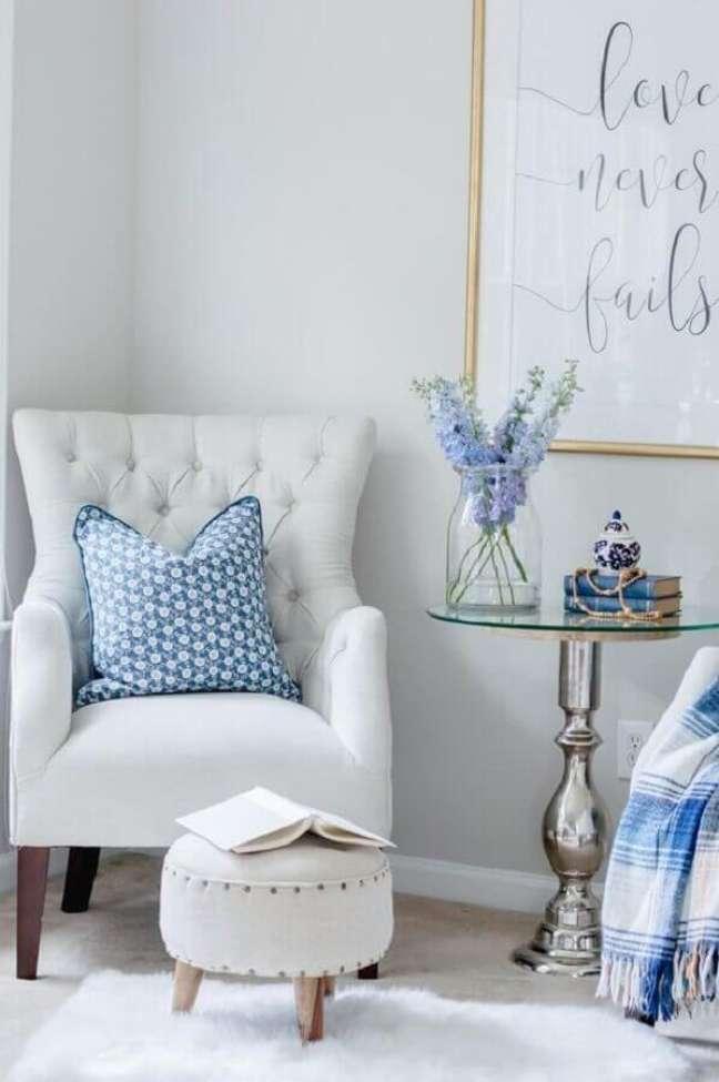37. Poltrona branca para quarto decorado azul e branco – Foto: The Home I Create