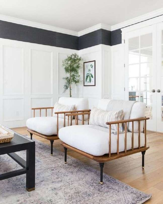 49. Poltrona branca para sala decorada com tapete cinza – Foto: McGee e Co.