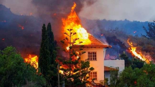 A lava do vulcão Cumbre Vieja destruiu várias casas em vilarejos próximos em La Palma
