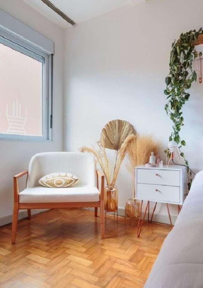 38. Poltrona branca para quarto decorado com criado mudo retrô – Foto: Felco