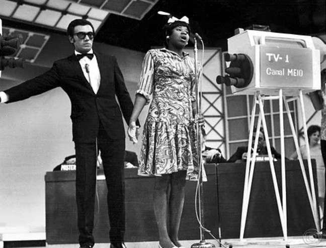 Marina Miranda ao lado de Agildo Ribeiro no 'TV 0 – TV 1', o primeiro humorístico da Globo, na década de 1960