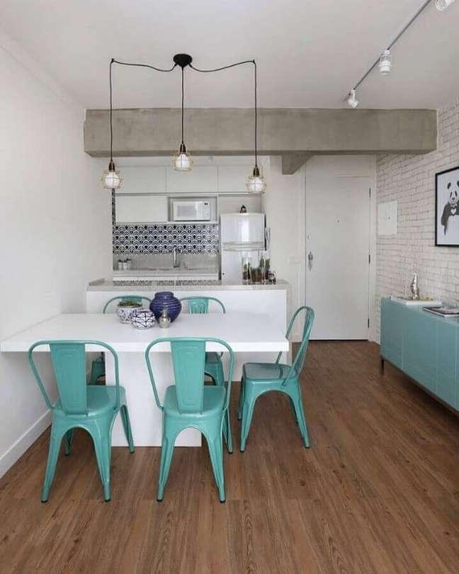 27. Cozinha americana com sala de jantar decorada com buffet e cadeira cor ciano e parede de tijolinho branco – Foto: Casa 2 Arquitetos