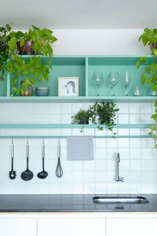 35. Decoração de cozinha com nichos cor ciano – Foto: Estúdio Minke