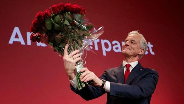 Jonas Gahr Støre comemorando sua vitória eleitoral