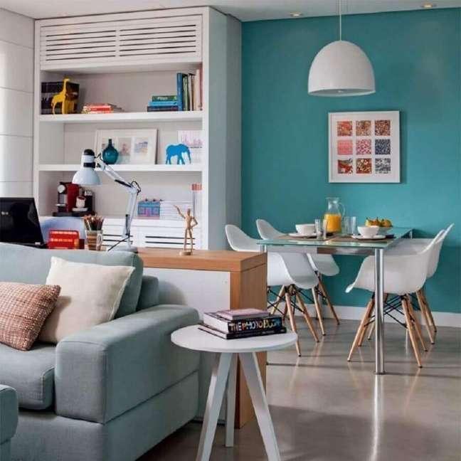 48. Parede cor ciano para decoração de sala de estar e jantar integradas – Foto: Marina Carvalho