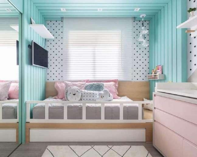 42. Decoração de quarto infantil planejado com revestimento amadeirado pintado de cor ciano – Foto: Criar Interiores