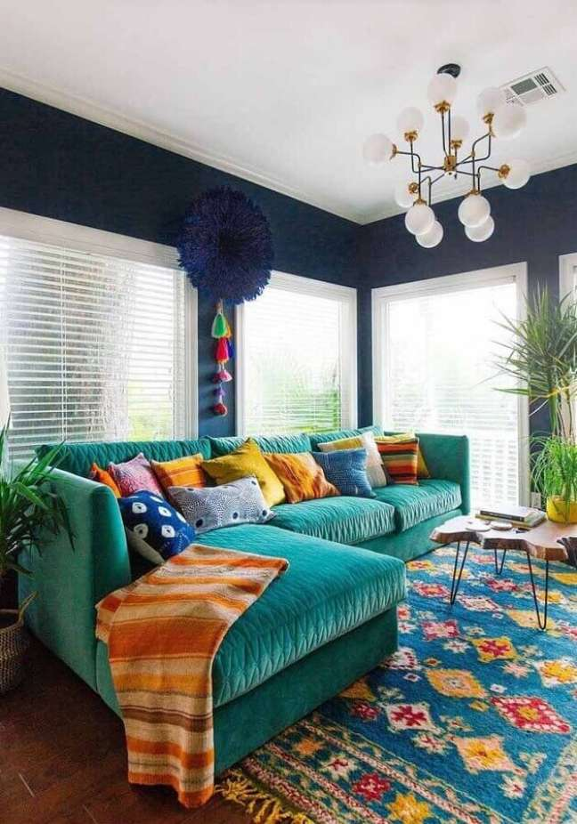 11. Almofadas coloridas para sala decorada com sofá cor ciano – Foto: Acnn Decor