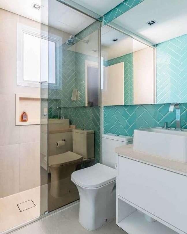 58. Revestimento de parede cor ciano para decoração de banheiro branco – Foto: Meyer Cortez Arquitetura Design