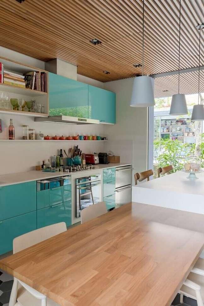 14. Armário cor ciano para cozinha decorada com teto ripado de madeira – Foto: Gil Mello