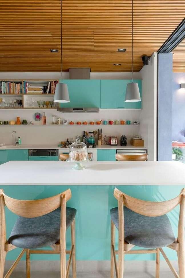37. Decoração de cozinha planejada cor ciano e branco – Foto: Gil Mello