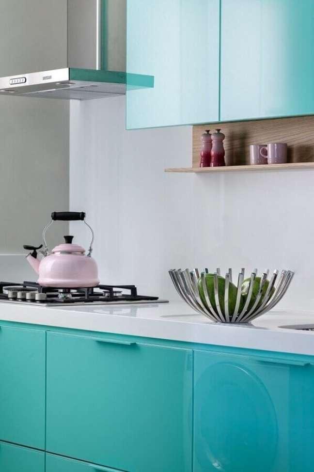 36. Decoração de cozinha moderna cor ciano – Foto: Juliana Pippi