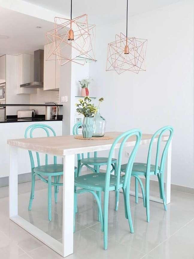 59. Sala de jantar branca decorada com cadeira cor ciano e luminária aramada – Foto: Homde Decor Ideas