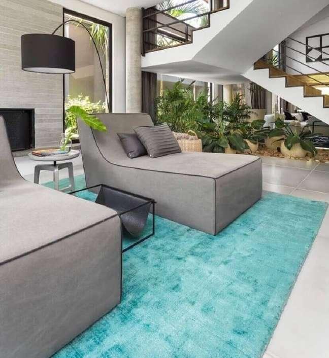 62. Tapete cor azul ciano para decoração de sala moderna com poltrona diva cinza confortável – Foto: Asenne Arquitetura