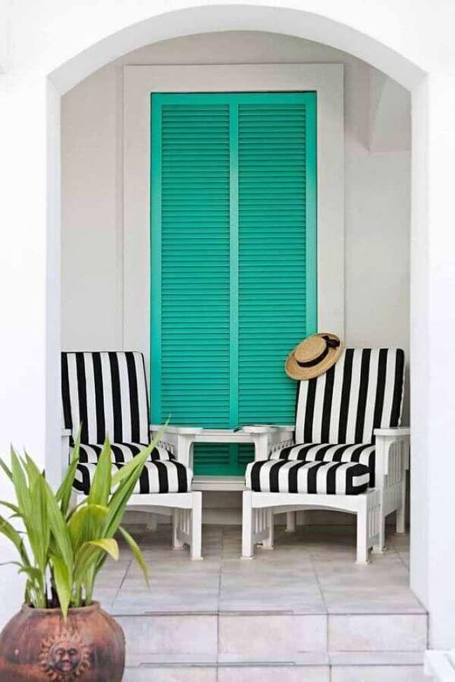 63. Varanda decorada com porta cor ciano e poltrona listrada – Foto: Home Fashion Trend
