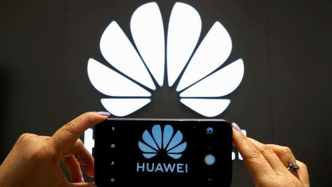 Um porta-voz da Huawei disse à BBC que a empresa cumpre as leis e regulamentos dos países onde opera e prioriza a segurança cibernética e a privacidade
