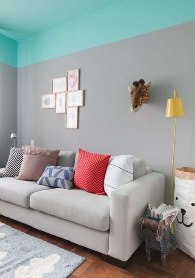25. Cor de tinta azul ciano para sala cinza decorada com almofadas coloridas – Foto: Gisele Rampazzo