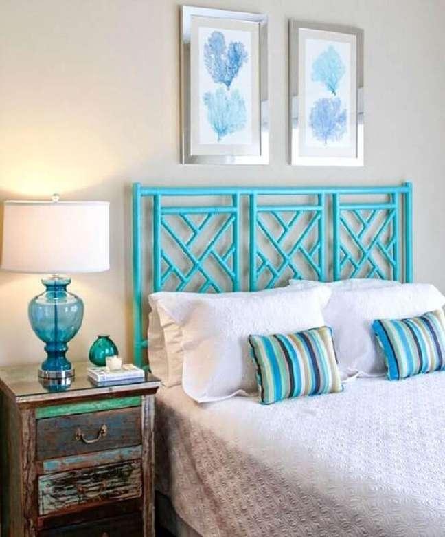 53. Quarto branco decorado com cabeceira cor ciano e criado mudo antigo – Foto: Beach Bliss Living
