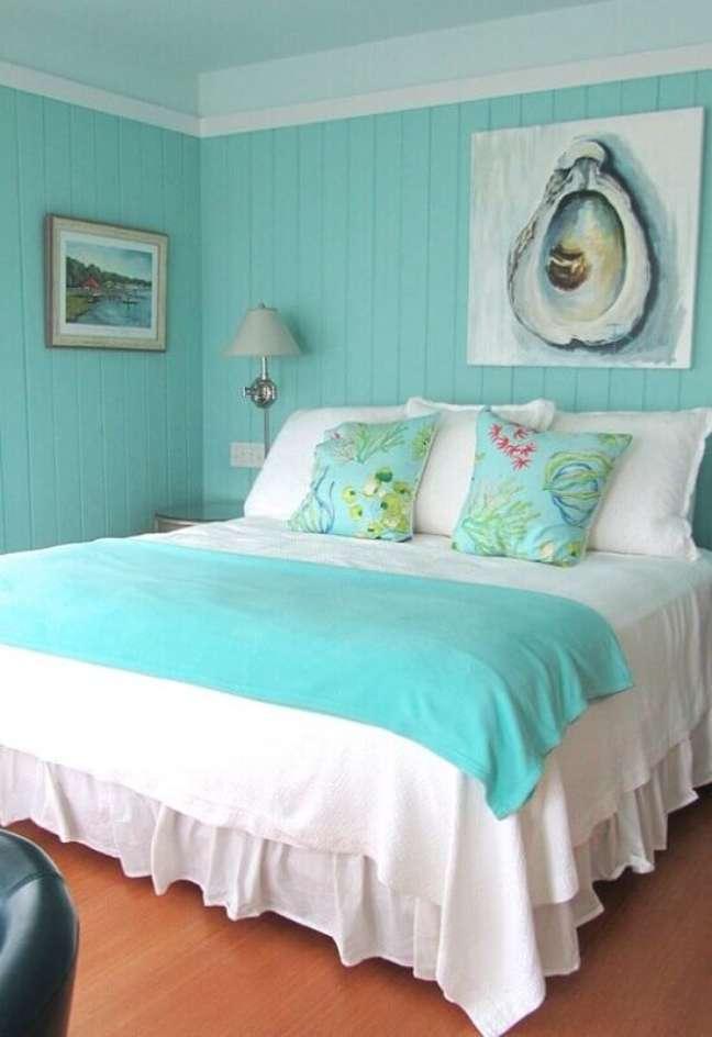 52. Peseira e parede cor ciano para decoração de quarto de casal – Foto: House of Turquoise