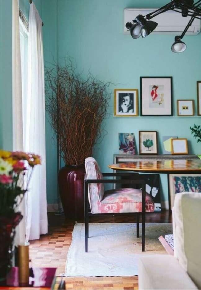 26. Cor de tinta azul ciano para sala de jantar decorada com vaso de chão e cadeira estofada – Foto: SouQ