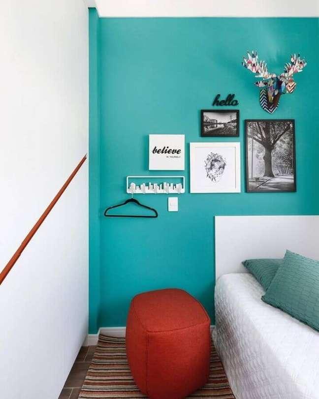 50. Parede cor ciano para quarto branco decorado com puff vermelho – Foto: Inside Arquitetura e Design