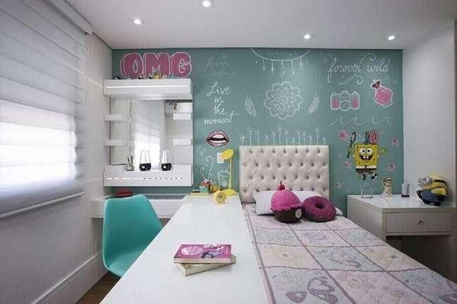 17. Cadeira e parede cor ciano para decoração de quarto feminino planejado – Foto: Gerson Dutra de Sá