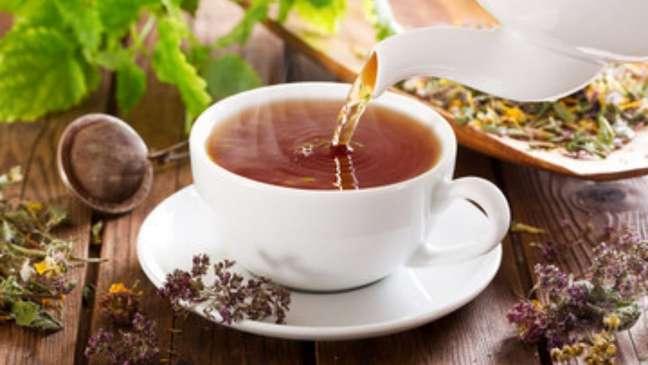 Chá de flor de camomila é ótimo para aliviar a cólica menstrual!